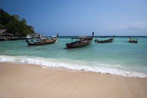 Boote am Strand von Koh Tao