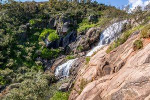 wasserfall im lesmurdie falls national park in perth