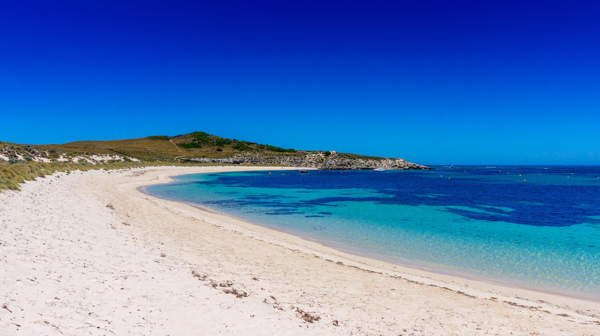 Blaues Meer und ein Traumstrand auf Rottnest Island