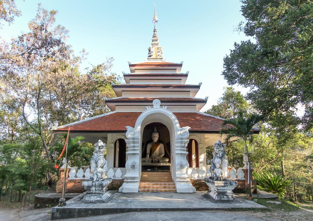 buddha statue und tempel gebäude beim wat pha lat